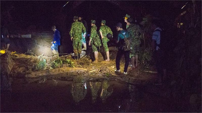 SẠT LỞ Ở QUẢNG NAM: Hiện trường chia cắt do lũ quét, nếu thời tiết tốt sẽ dùng trực thăng để tiếp cận Phước Sơn