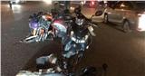 Ô tô 7 chỗ tông hàng loạt xe máy đang dừng chờ đèn đỏ ở TP.HCM khiến nhiều người bị thương nặng