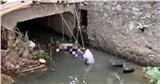 Phát hiện 2 thanh niên đầu đội mũ bảo hiểm tử vong dưới suối