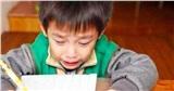 Cậu bé lớp 1 nằng nặc đòi bỏ học, liên tục khóc mếu máo: 'Tất cả là tại bố mẹ', nguyên nhân khiến cả nhà xúm xít xin lỗi