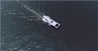 Lạ mắt chiếc thuyền hình khóa kéo chạy dài trên sông