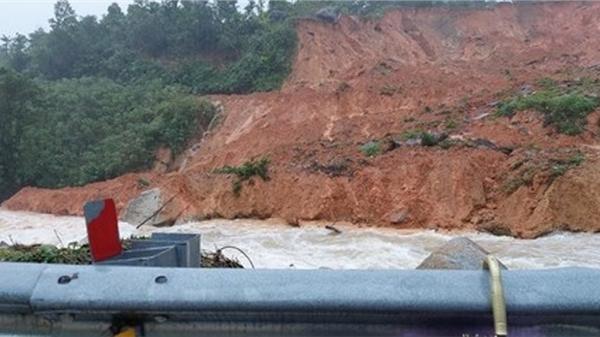 Quảng Ngãi: Sạt lở núi, di dời người dân khẩn cấp