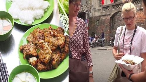 Chả rươi Hà Nội được giới thiệu trên báo nước ngoài và phản ứng bất ngờ của du khách quốc tế