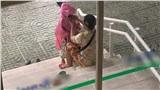 Xúc động hình ảnh người mẹ bán vé số ân cần chăm sóc đứa con nhỏ giữa trời mưa bão