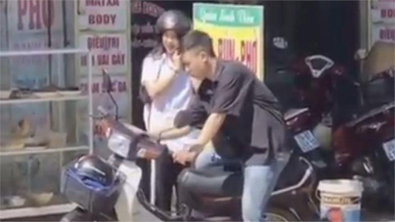 Trời nóng như đổ lửa, thanh niên sợ bạn gái bị bỏng liền ngồi yên sau làm dịu bớt trước khi để người yêu lên xe