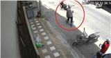Ra tay thật nhanh định giật điện thoại của người phụ nữ, tên cướp bất ngờ bị trượt chân té rồi quay đầu bỏ đi
