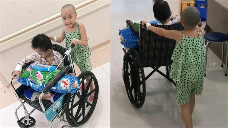 Xúc động hình ảnh 2 'chiến binh nhí' mắc bệnh về não vui vẻ đẩy xe lăn cho nhau tại sảnh bệnh viện