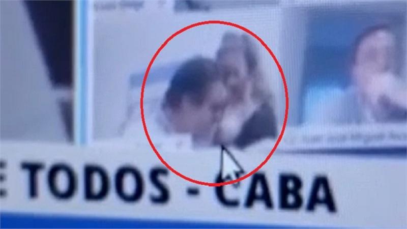 Thản nhiên hôn ngực bạn gái khi đang họp Quốc hội, nghị sĩ Argentina bị đình chỉ công tác