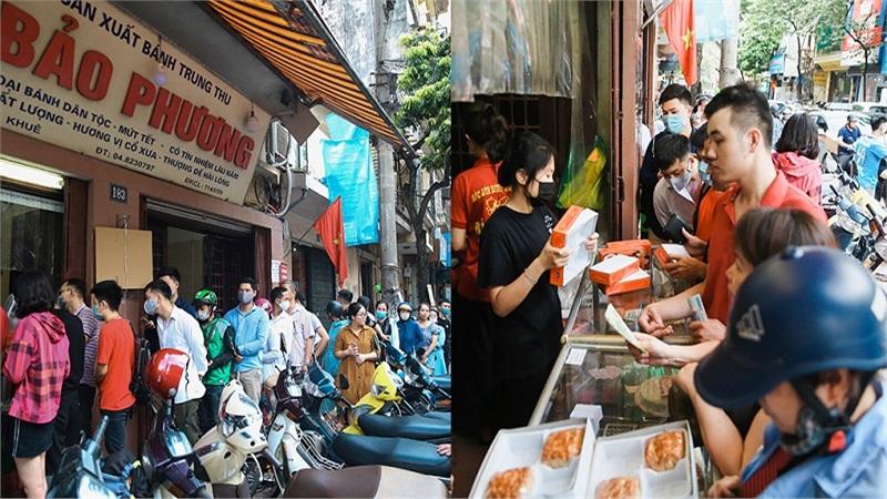 Khách đứng tràn ra đường chờ mua bánh trung thu ở tiệm bánh nổi tiếng Hà Nội, nhân viên quá tải