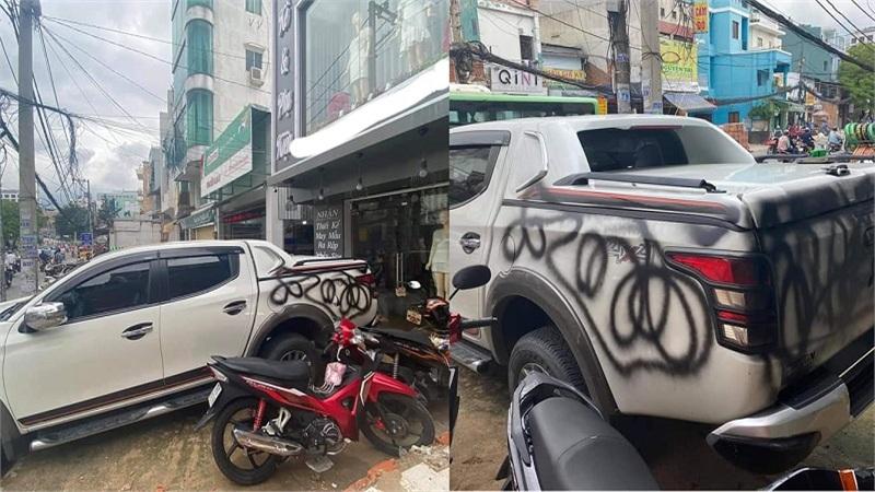 Thấy xe ô tô đỗ trước cửa hàng quần áo, chủ shop thẳng tay 'trừng phạt' bằng cách vẽ sơn bẩn lên khắp xe