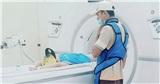 Xúc động khoảnh khắc người cha giản dị, mặc áo 'siêu nhân' trấn an con trai trong phòng chụp X-quang