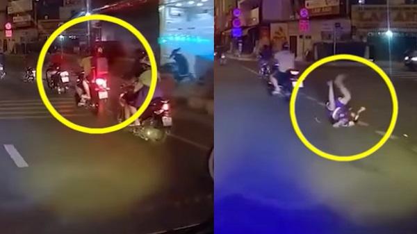 Thót tim chứng kiến ông bố rồ ga phóng xe khiến con trai ngồi sau ngã nhào ra đường mà không hề hay biết