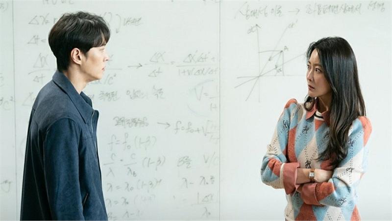 'Xứ sở Alice' tập 5 - 6: Rùng rợn người phụ nữ trở về quá khứ để 'thủ tiêu' chính mình, Joo Won bám theo 'mẹ' Kim Hee Sun không rời