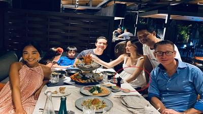 Xuất hiện cùng Kim Lý và gia đình Đoan Trang, Hà Hồ lần đầu để lộ rõ bụng bầu dù đã che chắn kỹ lưỡng