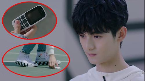 Dùng điện thoại 'cục gạch' nhưng lại mang giày hàng hiệu hơn chục 'củ', nam phụ Dụ Ngôn của 'Lê hấp đường phèn' phải chăng là đại gia ngầm?
