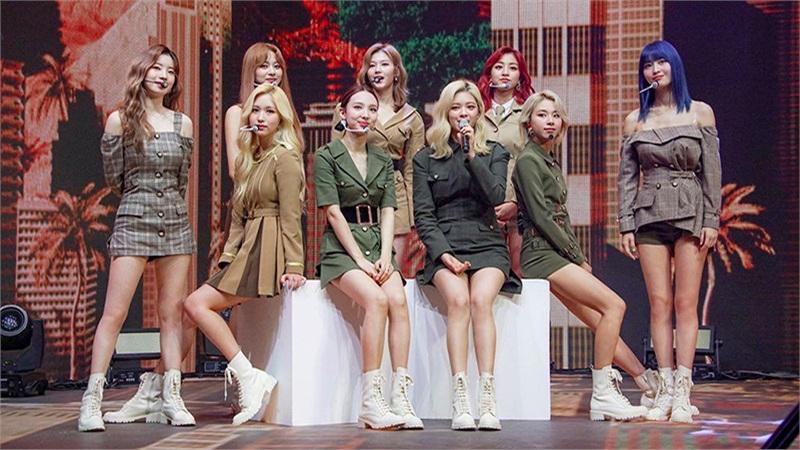 Twice tiết lộ trong concert online rằng More & More sắp có bản tiếng Anh, fan nghi ngờ nhóm sẽ Mỹ tiến