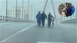 Ứng cứu người đàn ông lớn tuổi dắt xe đạp bị gió thổi bay, không thể đứng vững khi qua cầu sông Hàn