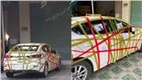 Phát hiện xe sang đỗ từ đêm đến sáng không xin phép, chủ nhà tức giận dán băng keo chi chít kèm mảnh giấy chửi thẳng mặt