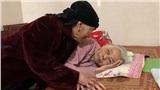 Xúc động cụ bà 99 tuổi sang thăm em gái 93 tuổi ốm nặng: 'Em không ngủ, chị ở đây chơi với em tí nữa'