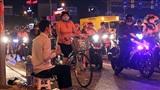 Chàng trai khiếm thị kiên nhẫn bán đậu phộng ven đường phố Sài Gòn, nhặt từng nghìn lẻ gom biếu Tết ba mẹ