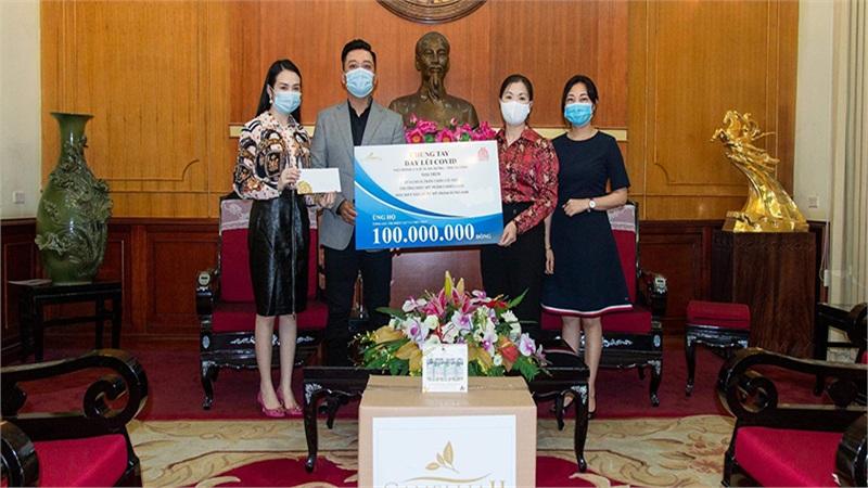 Vợ chồng Tuấn Hưng ủng hộ 100 triệu phòng chống dịch Covid-19