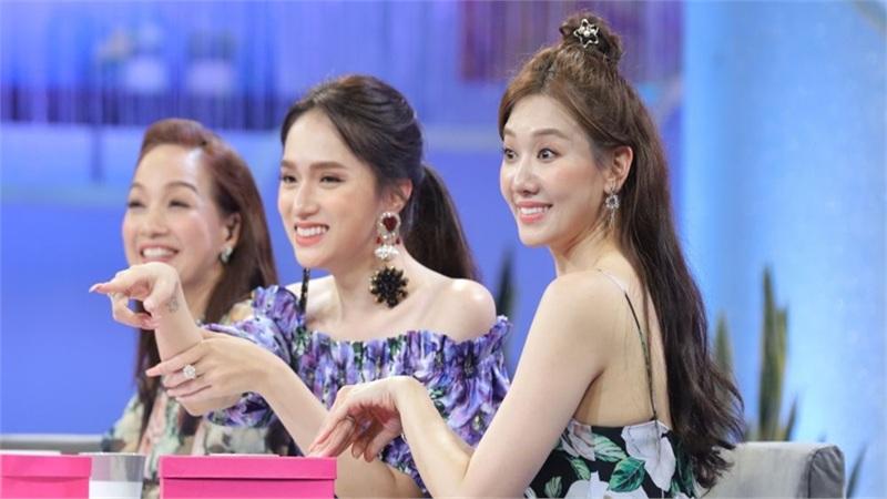 Vừa trúng album có chữ kí thần tượng, Hari Won lại 'sướng rơn' khi được Hương Giang tặng album Black Pink