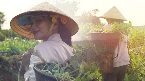 H'Hen Niê đáng yêu hết nấc cover hit của Thu Minh, Chi Pu phiên bản… hái rau