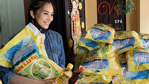 Hoa hậu Tiểu Vy ăn mặc giản dị, trao tặng 1000kg gạo cho người có hoàn cảnh khó khăn