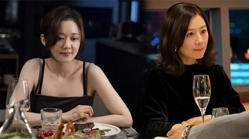 'Bà cả' Jang Nara và Kim Hee Ae đều thích diện đồ đen khi hẹn hò, ngoài việc toát lên sự sang chảnh thì còn chứa đựng ẩn ý nào khác?