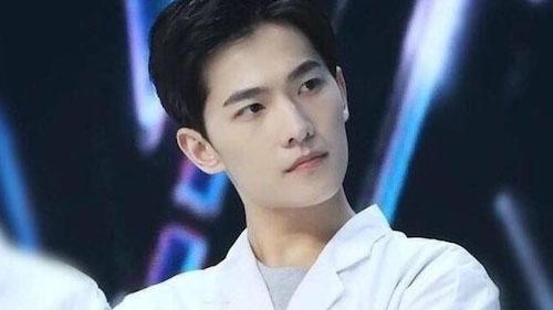 Dương Dương thử thách với hình ảnh 'người hùng blouse trắng', xuất hiện ở bệnh viện để lấy thêm kinh nghiệm để đóng phim