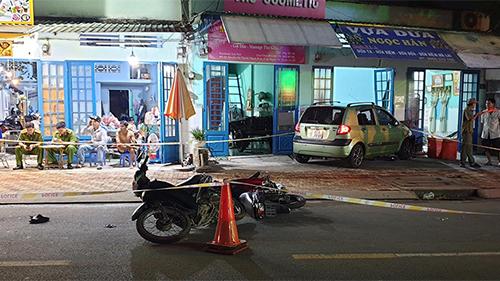Ô tô 'điên' lùa 3 xe máy rồi lao vào nhà dân, 4 người bị thương