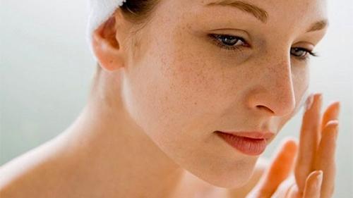 Bác sĩ chia sẻ list đồ skincare giúp cô lột xác làn da từ đầy đốm nâu thành sáng căng, không khuyết điểm