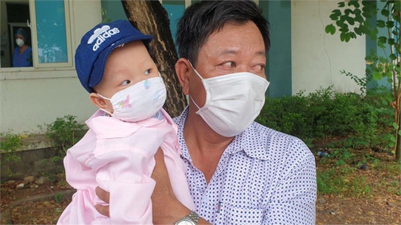 Bé 8 tháng tuổi mắc Covid-19 cùng 9 bệnh nhân ở Đà Nẵng được điều trị khỏi, cho xuất viện