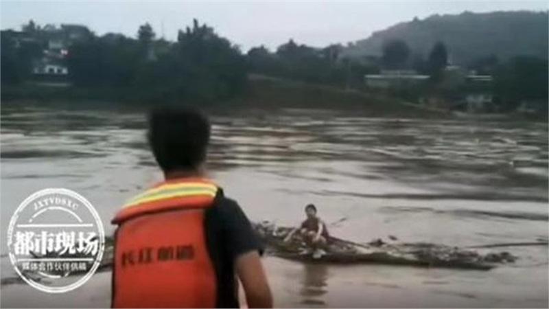Nhảy sông tự tử vì tình rồi hối hận, cô gái bám khúc gỗ trôi dạt 81km về nhà