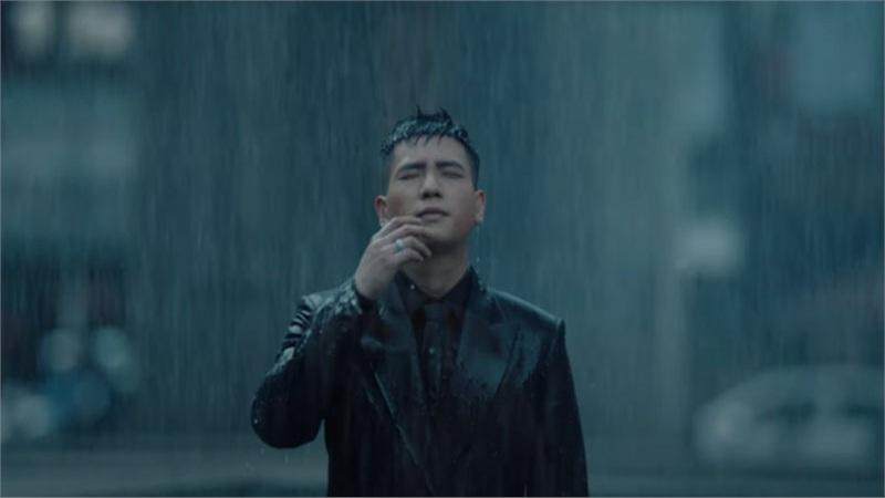 Fan đau lòng khoảnh khắc Quân A.P đau khổ đứng dưới mưa tầm tã vì thất tình