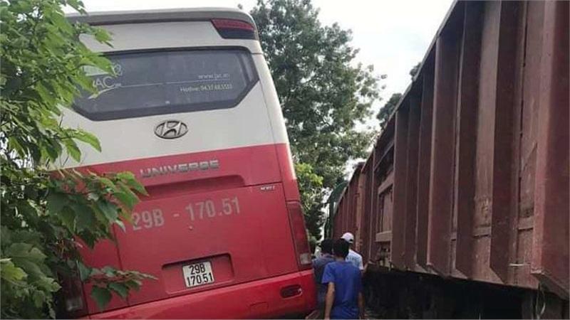 Hà Nội: Xem xét khởi tố vụ án xe ô tô chở học sinh bị tàu hoả đâm, khiến 6 em nhập viện