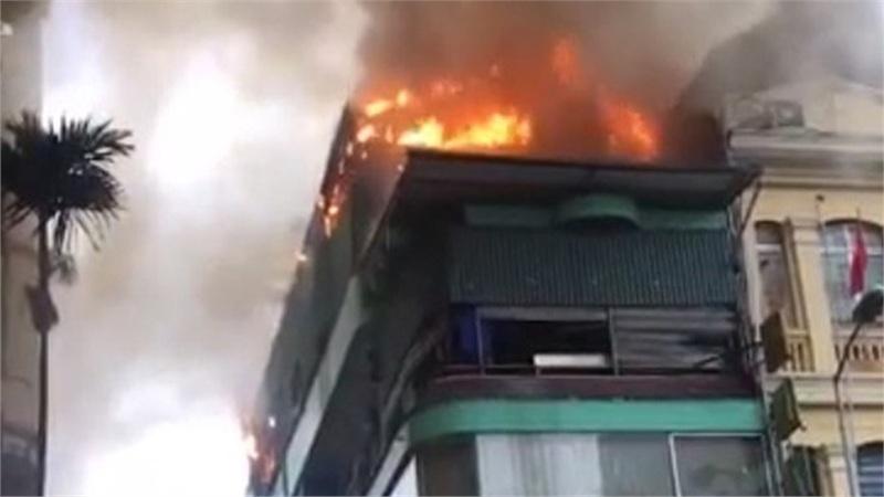 Hà Nội: Nhà hàng hải sản bốc cháy dữ dội dưới cơn mưa