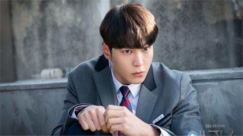 'Xứ sở Alice': 9 hành động của Park Jin Gyeom cho bạn hiểu rõ hơn về hội chứng vô cảm