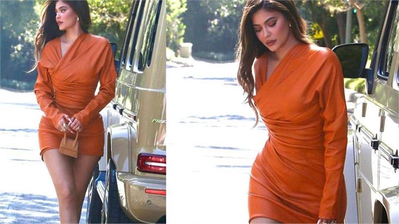 Kylie Jenner dạo phố với váy kín đáo vẫn trung thành với túi mini chỉ đựng vừa đồng xu