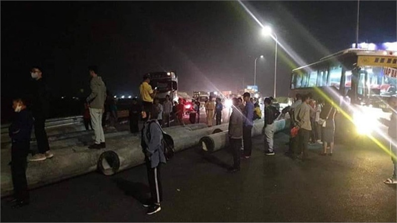 Hàng chục cột điện rơi trên xe xuống đường, giao thông trên cao tốc Pháp Vân - Cầu Giẽ ùn tắc