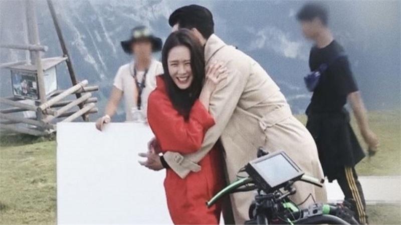 Cảnh Son Ye Jin mừng ra mặt vì được ôm Hyun Bin lần đầu tiết lộ trong 'Hạ cánh nơi anh', người trong cuộc 'tự khai' thì yêu là cái chắc!