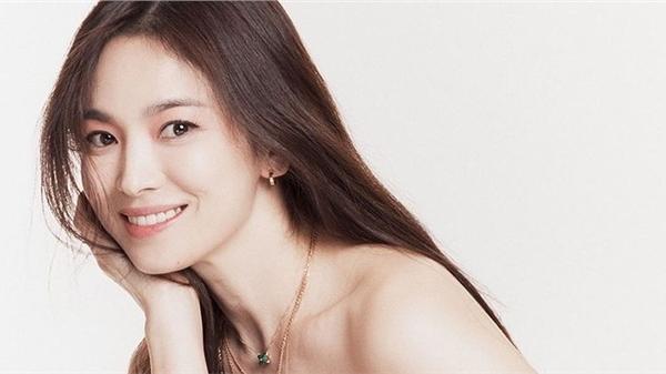 Vừa sang tuổi 40, Song Hye Kyo tung ngay hình ảnh theo 2 style đối lập: Khi là mỹ nữ Hong Kong, lúc lại như phu nhân nhà tài phiệt