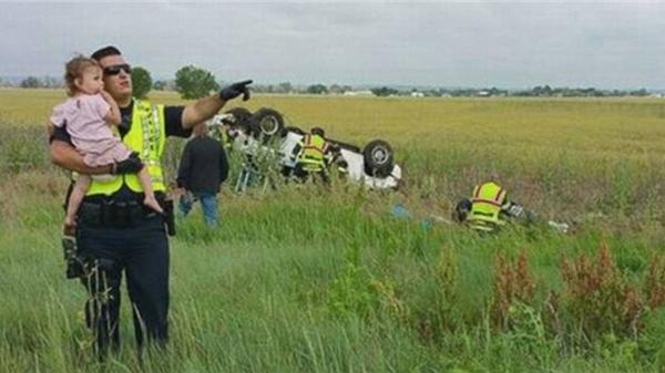 Bức ảnh anh cảnh sát dỗ dành bé gái ngay tại hiện trường vụ tai nạn giao thông gây khó hiểu, sự thật phía sau lấy nước mắt triệu người