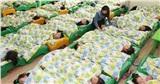 Cả lớp đang nằm ngủ trưa, cô giáo liền nói một câu và phản ứng của các bé làm tất cả mọi người 'ngã ngửa'