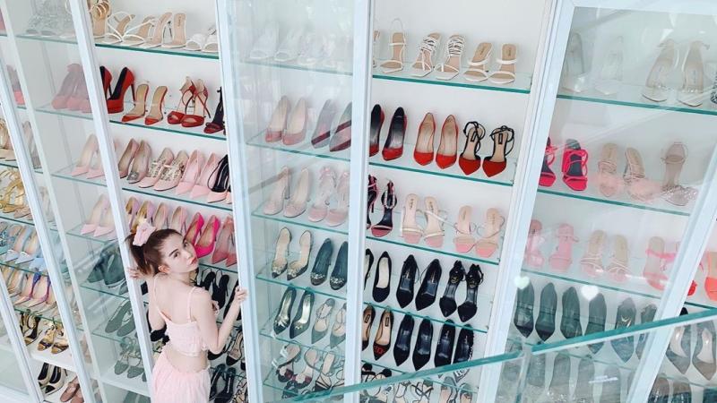 Ngọc Trinh lại khoe tủ giày hiệu chất cao như núi trong nhà, con số vượt xa 300 đôi