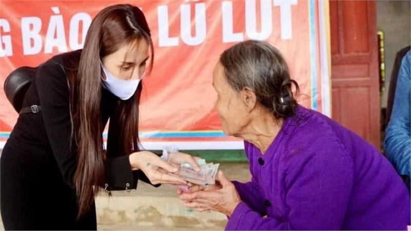 Thủy Tiên thông báo: Không còn đủ tiền nên giảm số nhà chống lũ để có thể giúp được nhiều người dân