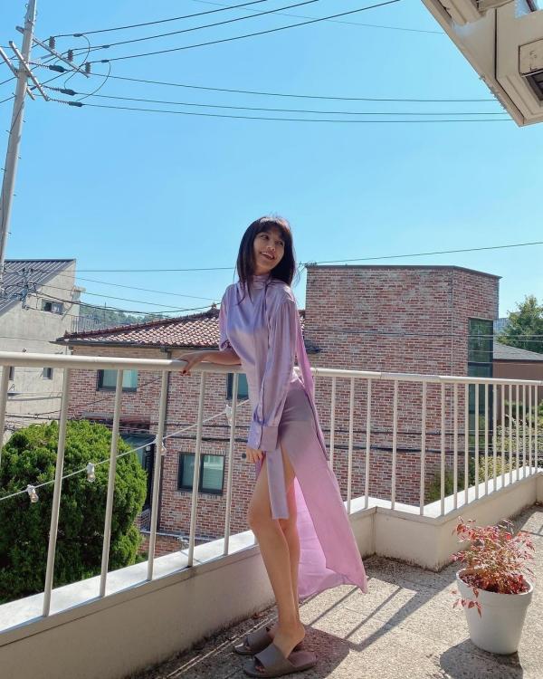 Muốn 'lên đồ' đơn giản mà đẹp ngây thì cứ như Sooyoung chọn cả 'cây' đồ cùng màu. Tuyệt chiêu để set đồ trở nên ấn tượng hơn là chọn màu sắc sáng, ngọt ngào và đừng 'cố' phối với phụ kiện quá vì sẽ tạo cảm giác rối mắt. Đơn giản 'is da best'.