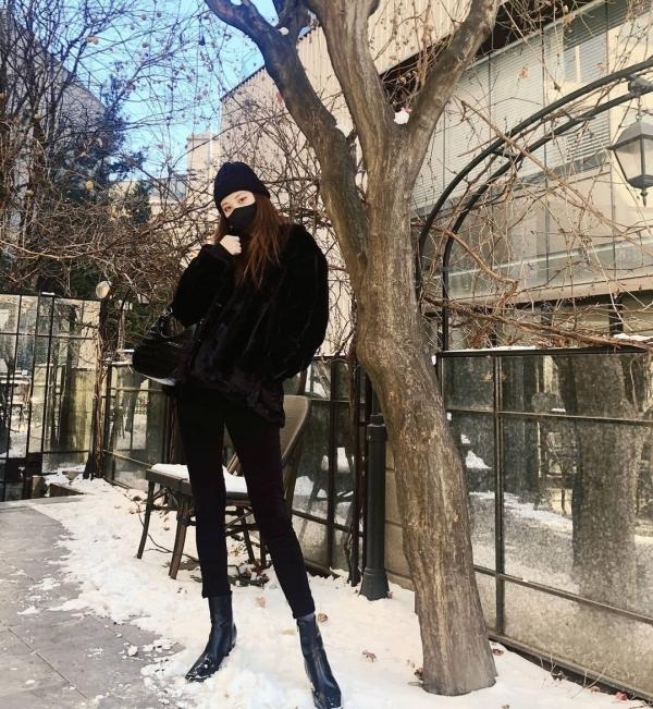 Bí quyết để mặc all-black đẹp và nhìn không bị già dặn như Seo Hyun là chọn các items tôn dáng, như quần skinny hay boots da dáng ôm.