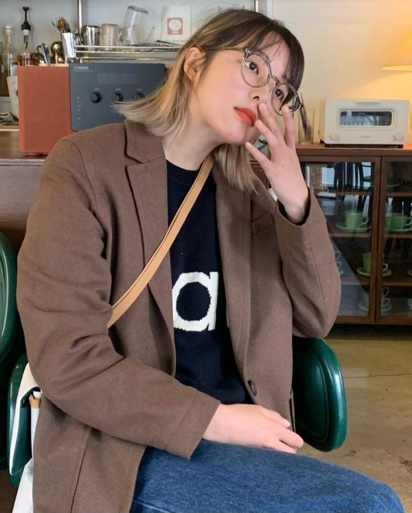 Không phải màu sắc quá sáng như be sáng thế nhưng màu nâu cà phê cũng là tông màu dễ phối hợp với các items mang sắc thái trầm, tối. Phụ kiện là chiếc kính giúp Kim Bora có diện mạo xinh yêu.