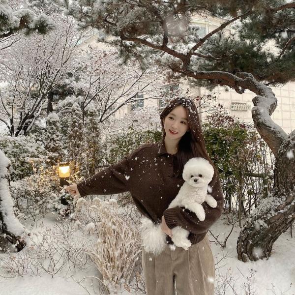 Kết hợp cùng chất liệu len trong 1 set đồ, Kang Min Kyung tinh tế chọn 2 màu sắc khác nhau nhưng vẫn chung 'hệ' để không bị 'lạc quẻ'.